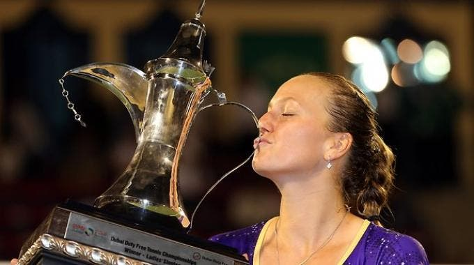 Petra Kvitova ed il trofeo vinto a Dubai