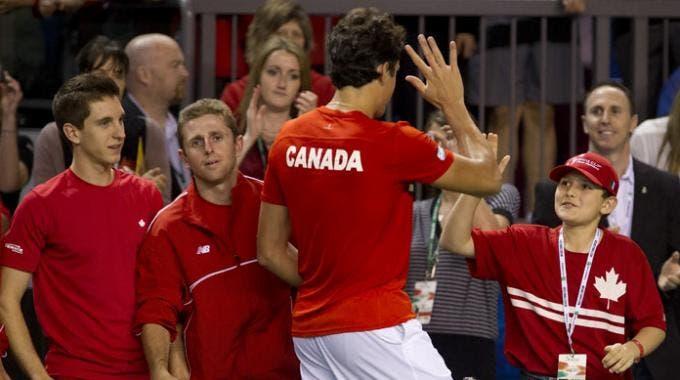 Milos Raonic esulta per la vittoria in Coppa Davis sull'Italia