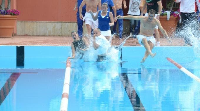 lo staff azzurro, tra cui Roberta Vinci, Flavia Pennetta e Corrado Barazzutti, festeggia la vittoria in piscina (foto di Ninni Ricotta)