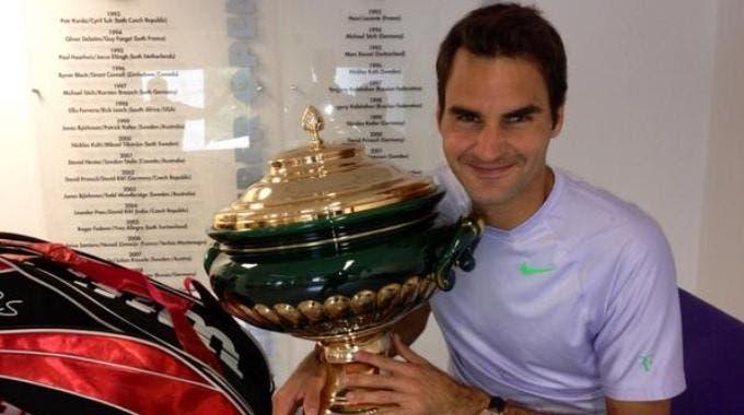 Roger Federer con il trofeo 2013 di Halle