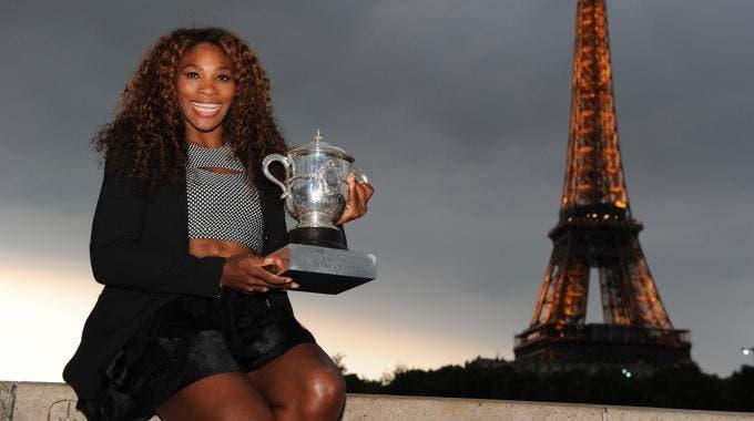 Serena Williams posa con il trofeo del Roland Garros davanti alla torre Eiffel (foto di Art Seitz)