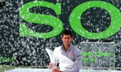 Djokovic con il trofeo, Miami 2014 (foto ART SEITZ)