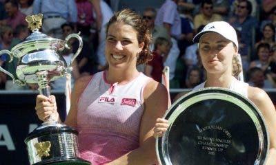 Jennifer Capriati e Martina Hingis durante la premiazione degli Australian Open del 2002