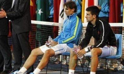 Rafael Nadal e Novak Djokovic si riposano durante la premiazione degli Australian Open 2012
