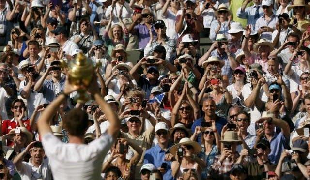 Andy Murray mostra al pubblico il trofeo di Wimbledon