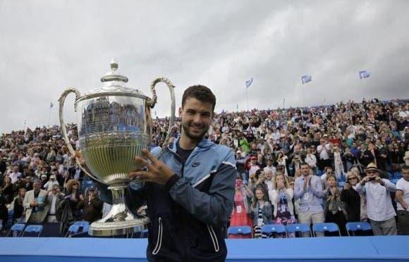 Grigor Dimitrov col trofeo del Queen's