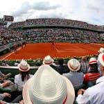 Cappelli con banda rossa in tribuna sul Philippe Chatrier (foto ART SEITZ)