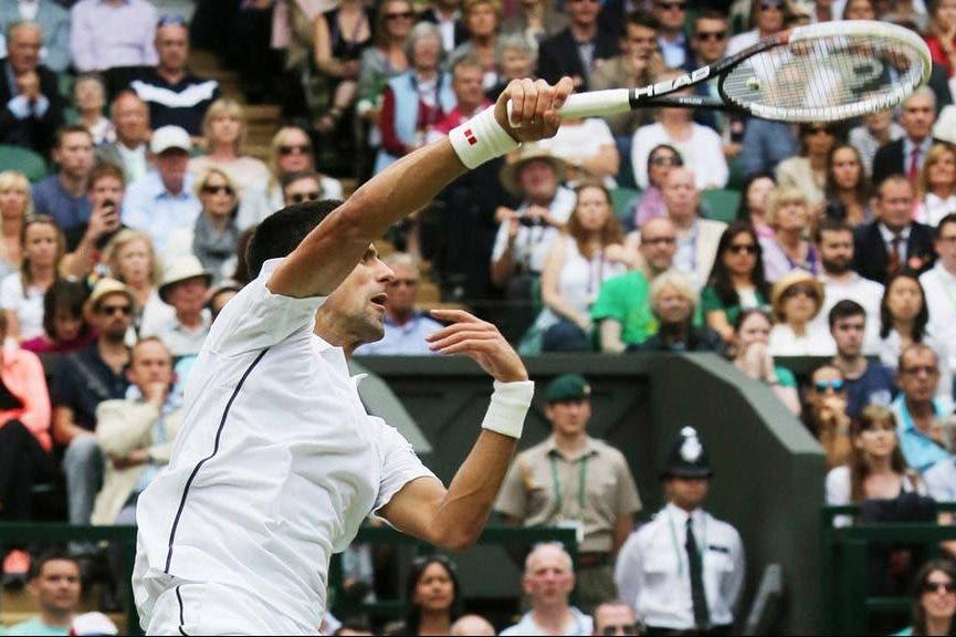 Lo smash di Djokovic a Wimbledon (foto ART SEITZ)