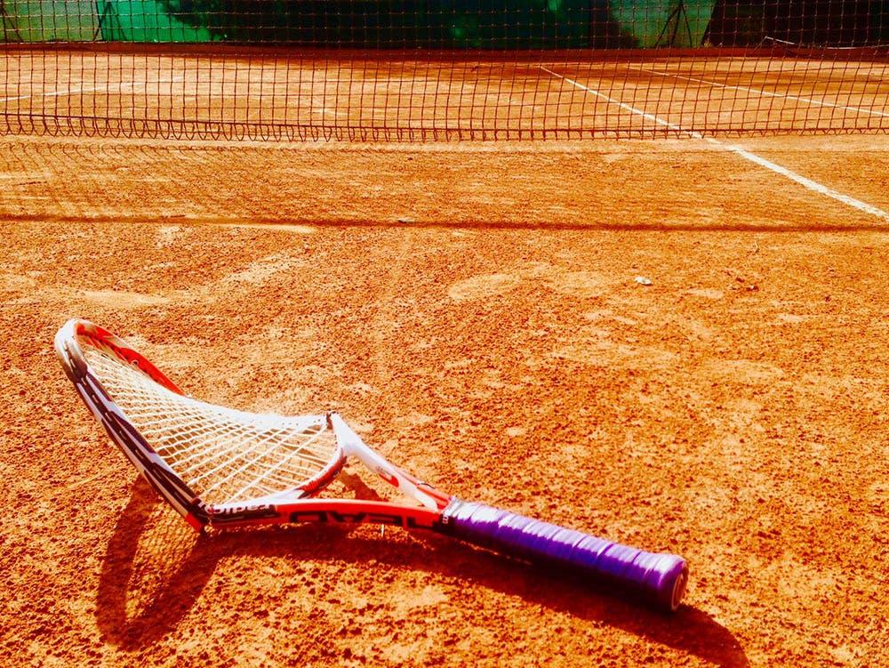 Tennis di periferia, la racchetta rotta