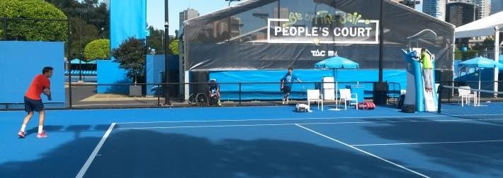Nicolas ha già preparato il rovescio, la palla deve ancora superare la rete (foto di Luca Baldissera)