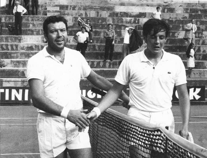 Stretta di mano tra Pietrangeli e Adriano Panatta al termine di una partita nel 1968