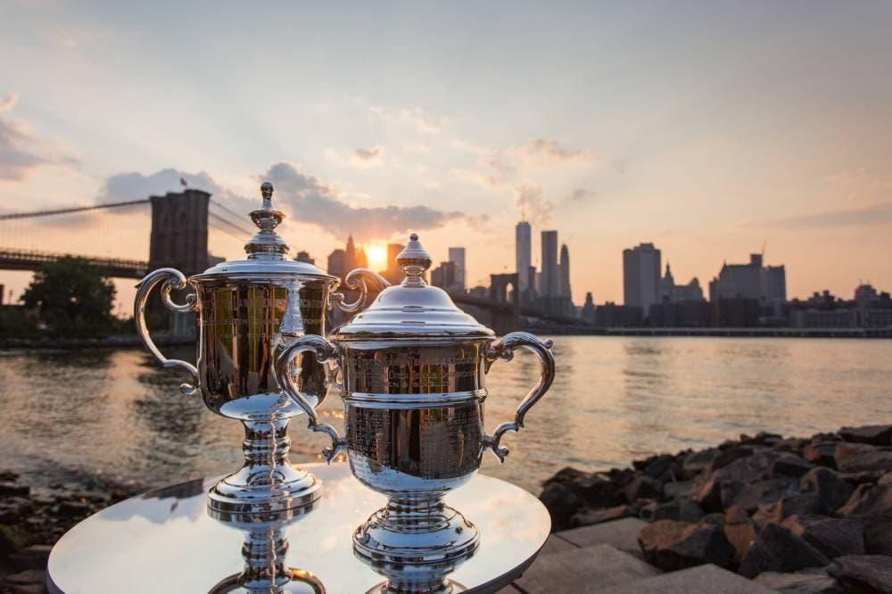 I trofei dello US Open, sullo sfondo il Brooklyn Bridge