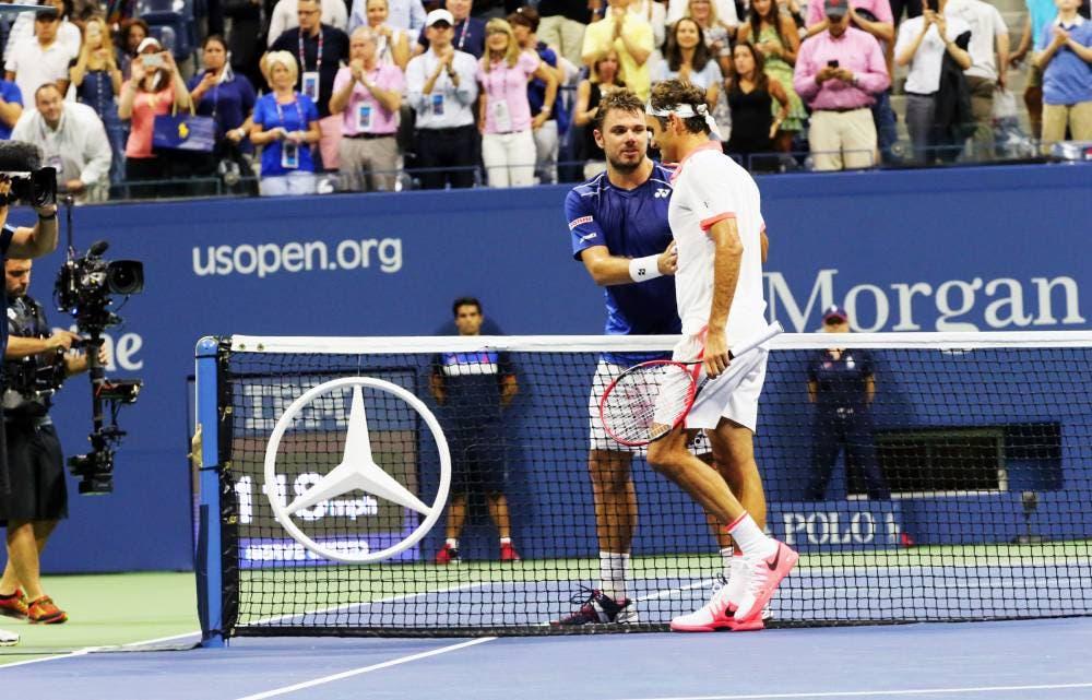 Roger Federer stringe la mano a Stan Wawrinka - SF US Open 2015 (foto di Art Seitz)