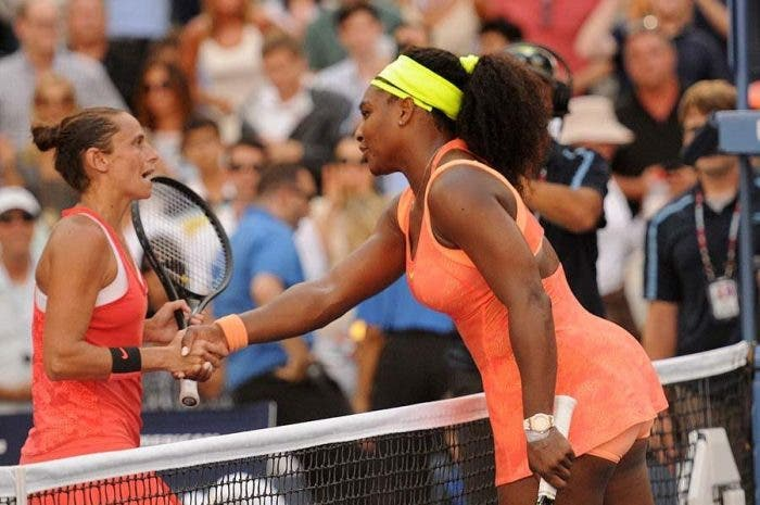 Roberta Vinci stringe la mano a Serena Williams - SF US Open 2015 (foto di Bob Straus)