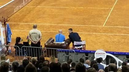 Agassi durante l'esibizione tra Ferrero e Ivanisevic
