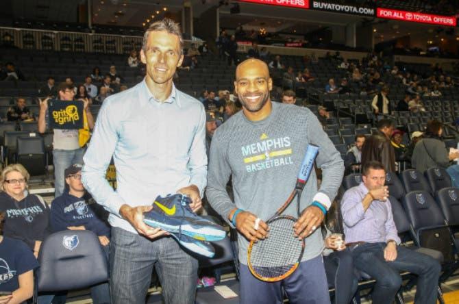 Ivo Karlovic saluta Memphis con le scarpe di Vince Carter