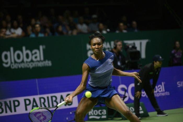 WTA Finals: Venus doma tre ore di caos e break, eliminata Ostapenko