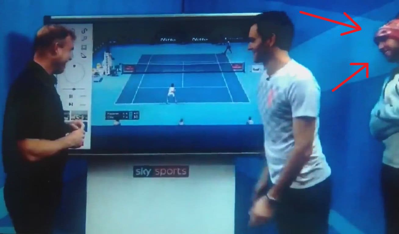 """Sock si macchia di lesa maestà: """"videobombing"""" a Federer"""