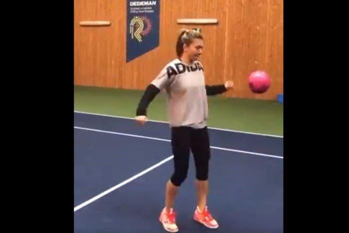 Simona Halep, da tennista a calciatrice