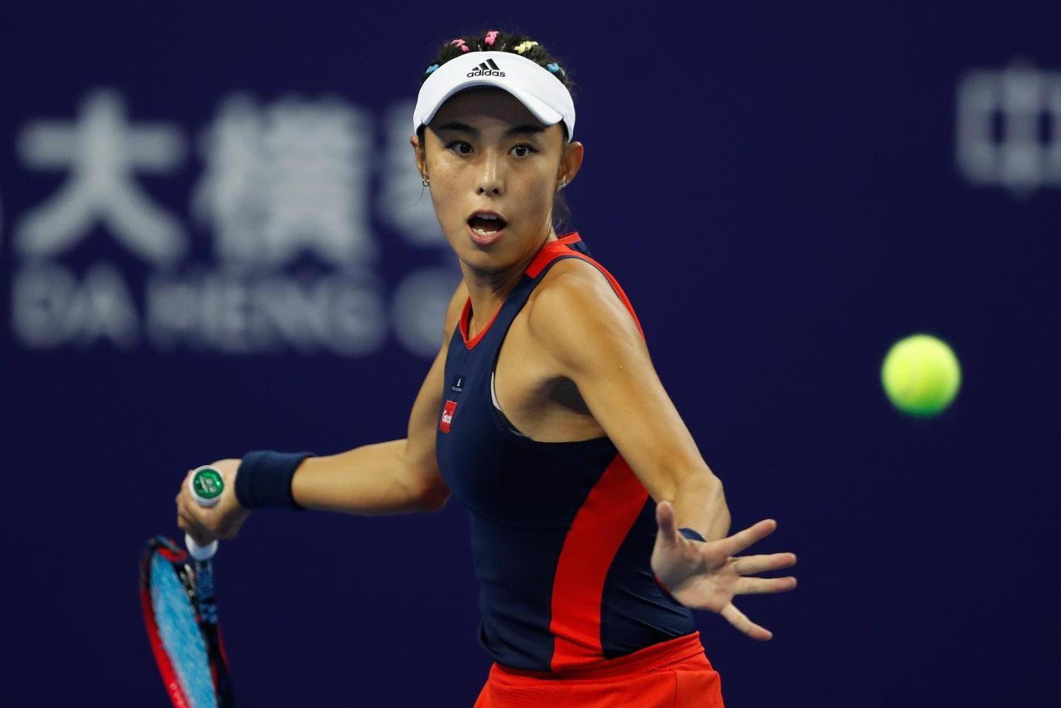 Muguruza litiga ancora, Wang ne approfitta e va in finale da ripescata